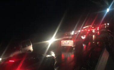 Trafik deri në 2 km në autostradën Tiranë-Elbasan, çfarë e krijon kaosin atje