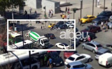 Kaos me trafikun në Tiranë, betonieret pushtojnë rrugët, shoferët e irrituar s'dinë ku të shkojnë (VIDEO)