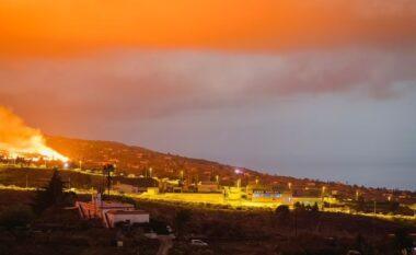 """SHpërthen vullkani, flakët """"përpijnë"""" fshatin në ishullin turistik (FOTO LAJM)"""