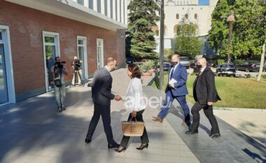 Yuri Kim mbërrin në zyrën e Bashës, mesazhi në çantën e saj (FOTO LAJM)