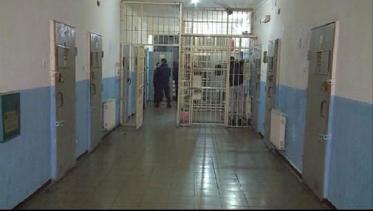 E FUNDIT/ Protestë brenda burgut të Peqinit, të burgosurit mbyllen në qeli, refuzojnë ushqimin dhe ajrosjen