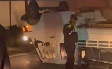 AKSIDENTI/ Përmbyset furgoni në Prrenjas (VIDEO)