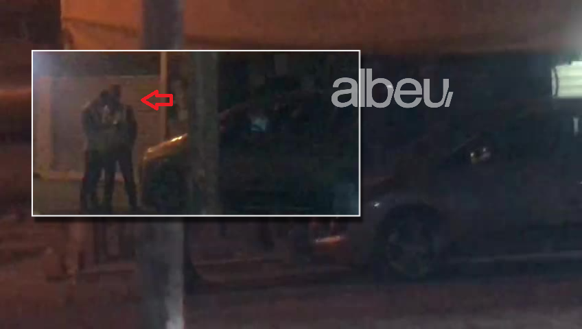 Ndodh në Tiranë! Qytetari parkon makinën në mes të trotuarit dhe nën tendë (VIDEO)