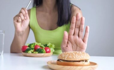 Ushqimet që do t'ju ndihmojnë të lini duhanin