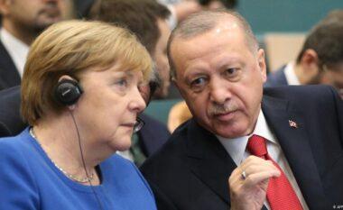 Merkel kritikon Erdogan në vizitën e lamtumirës: Po cënoni të drejtat dhe liritë e qytetarëve