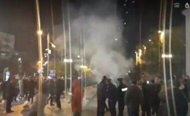 Mbështetësit e Vetëvendosjes nisin festën në Gjilan, policia nuk i toleron