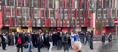 Tifozët e Tiranës presin jashtë stadiumit duke festuar (VIDEO)