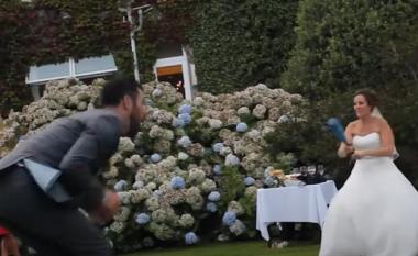 """Nisi si shaka, momenti kur nusja godet dhëndrin në """"vendin e keq"""" ditën e dasmës (VIDEO)"""