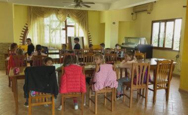 Nxënësit mësim në lokal dasmash në Babicë, Kushi e mohon: Është montazh