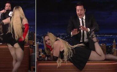"""""""Ndalojeni"""", Madonna shtrihet mbi tavolinën e prezantuesit dhe habit me skenat e nxehta (VIDEO)"""