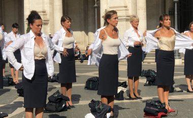 Pamjet bëjnë xhiron e botës, stjuardesat zhvishen në mes të sheshit pas falimentimit të kompanisë (FOTO LAJM)