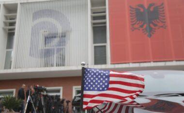 Do të takojnë Bashën, delegacioni i Senatit Amerikan dhe ambasadorja Yuri Kim mbërrijnë në PD (FOTO LAJM)