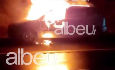 Shkrumbohet nga flakët një makinë (VIDEO)