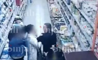 Pamje të rënda! Burri rreth brutalisht një grua në një market në Prishtinë (VIDEO)