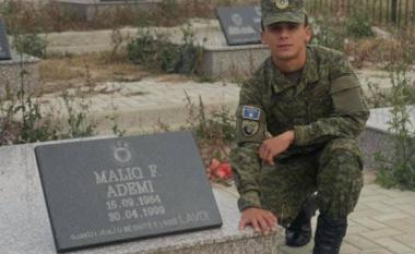Ushtari i ri i FSK-së shkon me uniformë tek varri i babait, përlot me fjalët për të
