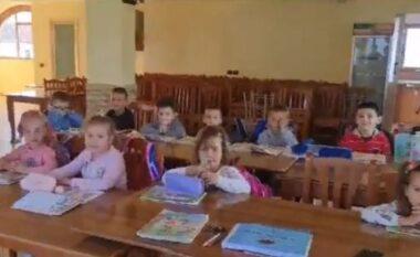 Ndodh në Vlorë! Nxënësit e klasës së parë dhe të 2-të mësojnë në bar-kafe (FOTO LAJM)