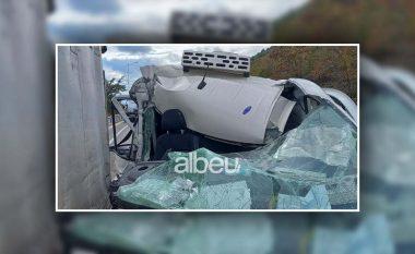 """E FUNDIT/ Aksident i frikshëm në Pogradec, furgoni përplaset me kamionin dhe bëhet """"pleh"""" (VIDEO)"""