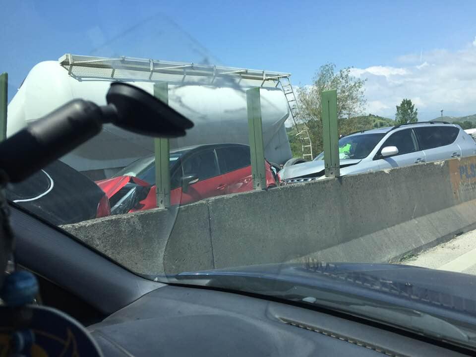 Aksident i shumëfishtë në Tiranë-Durrës: Përplasen 5 makina, bllokohet tërësisht autostrada