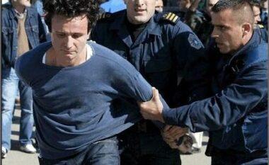 Dalin pamjet, Albin Kurti takon policin që e arrestoi 16 vite më parë (FOTO LAJM)