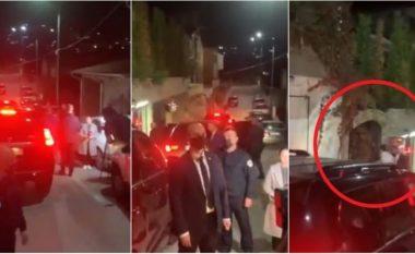 Mori kërcënim, momenti kur Albin Kurti kthehet në shtëpinë e tij i rrethuar nga policia (VIDEO)