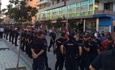 ARSYET/ Shkoi të rrihte tifozin, arrestohet sulmuesi gjatë ndeshjes së futbollit në Kuçovë ku luante Flamurtari