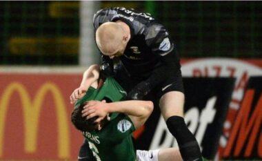 Ndodh në Irlandën e Veriu: Portieri ndëshkohet me të kuq pasi goditi shokun e tij të skuadrës (VIDEO)