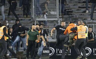 Futbolli francez në hall nga tifozët