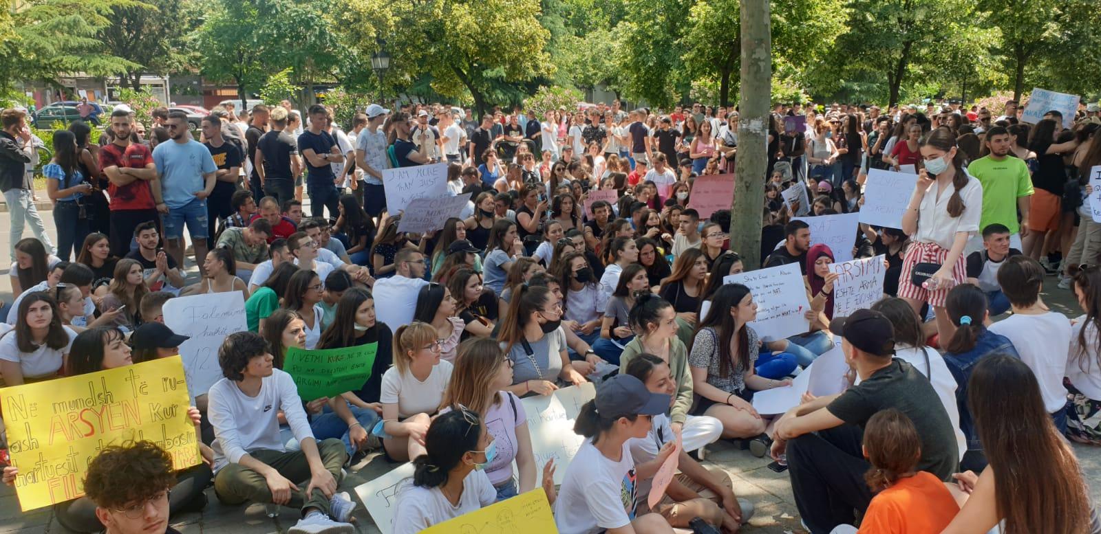 Vaksinim me detyrim për t'u futur në auditor, studentët ngrihen në protestë