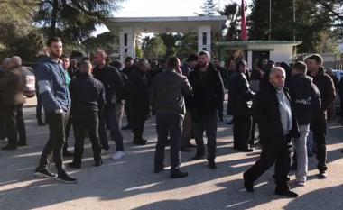 Naftëtarët e Ballshit mblidhen para uniznës: Rama ende asnjë vendim për fatin tonë