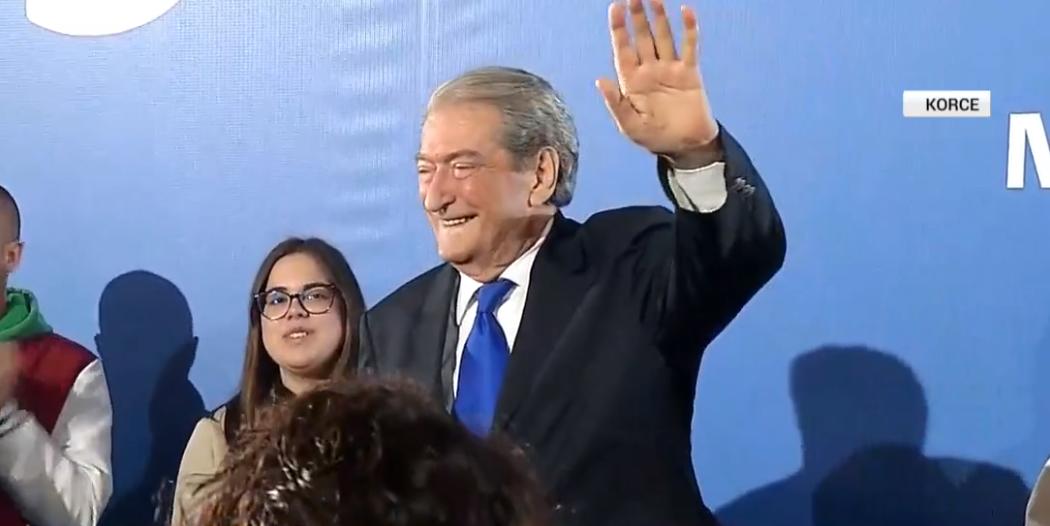 """Berisha feston 77-vjetorin në """"foltoren"""" e Korçës, qytetarët nuk i'a kursejnë surprizat (VIDEO)"""
