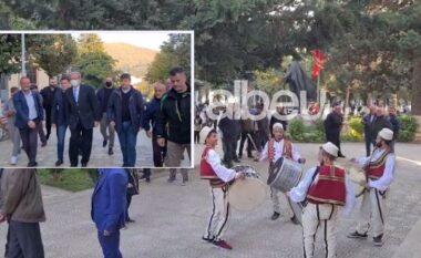 """""""Foltoja"""" në Peshkopi, Berisha pritet me daulle nga dibranët (VIDEO)"""