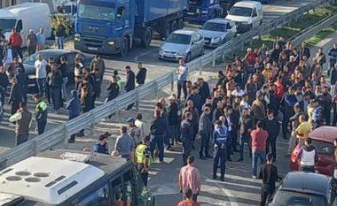 """""""Kurseni ndonjë biftek tek Nusreti!"""" Protestuesit bllokojë autostradën Lushnje-Fier, i bashkohet edhe Korreshi (FOTO LAJM)"""