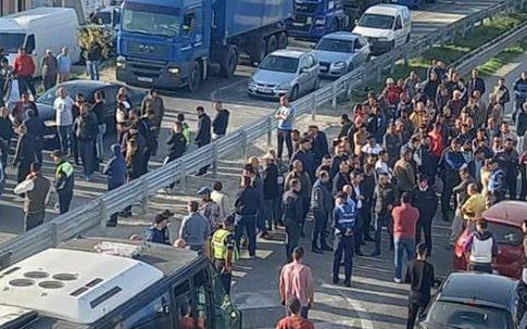 """""""Kurseni ndonjë biftek tek Nusreti!"""" Protestuesit bllokojë autostradën Lushnje-Fier, i bashkohet edhe Korreshi (FOTO & VIDEO)"""