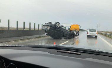 Po fluturonte në autostradë! Makina del nga rruga dhe përmbyset, policia i vë prangat shoferit