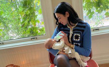 Dua Lipa shfaqet ndryshe, ushqen me qumësht foshnjen e kushërirës (FOTO LAJM)
