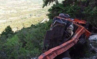 Kamioni bie 60 m në greminë, ndërron jetë shqiptari!