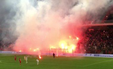 Tirana-Partizani/ Ndalet derbi, shkak bëhen flakadantët e hedhur në fushën e lojës (VIDEO)
