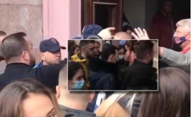 Nuk lejohen të futen në auditore pa vaksinë, studentët përplasen me policinë tek FSHN (VIDEO)