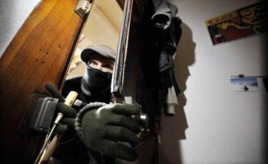 Grabitje me armë zjarri: Maskat lidhin familjarët, noterit i merren me forcë 20 milion lekë!