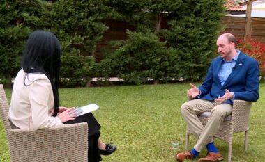 """""""Në Shkodër mësova shqip"""", flet ambasadori britanik në Tiranë: Si qendron e vërteta e artikullit të """"The Sun"""" për Shqipërinë"""
