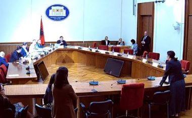 """Kuvendi ndërpret sinjalin në Komisionin e 25 prillit, PD vijon transmetimin live në """"Facebook"""" (VIDEO)"""