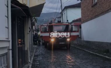 EMRI/ Përfshihet nga flakët një banesë në Korçë, humb jetën një person