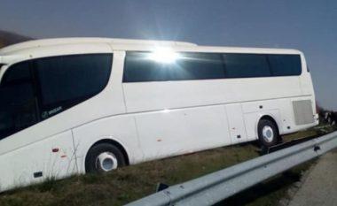 Autobusi del nga rruga në Gjirokastër, lëndohet një pasagjere