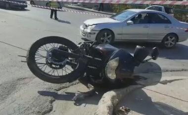 """Makina përplaset me motorin në Elbasan, """"e pësojnë"""" dy persona"""