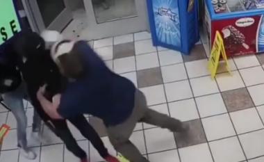 Grabitësi i maskuar i drejton armën në kokë, marinsi amerikan e surprizon (VIDEO)
