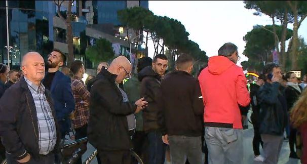 Rritja e çmimeve, qytetarët mblidhen në protestë para Kryeministrisë