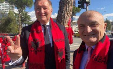 Me shall kuq e zi veshur, Ilir Meta bën edhe konsullin polak të mbështesë Shqipërinë (FOTO LAJM)