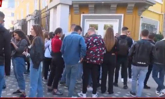 Dorëzohen përballë studentëve, lejohen të futen në auditoret e FSHN pa vaksinë