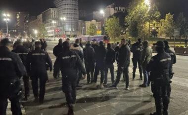 """Serbët protestojnë para ambasadës shqiptare në Beograd: """"Kosova është zemra e Serbisë"""""""