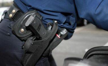 Konfliktohen dy të rinj në Korçë, punonjësi i policisë kërcënon me armë shërbimi jashtë orarit të punës